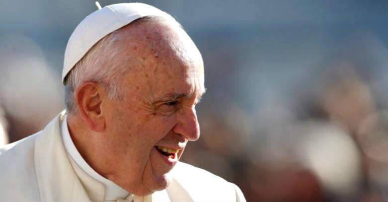 papa francisco sonriendo perfil