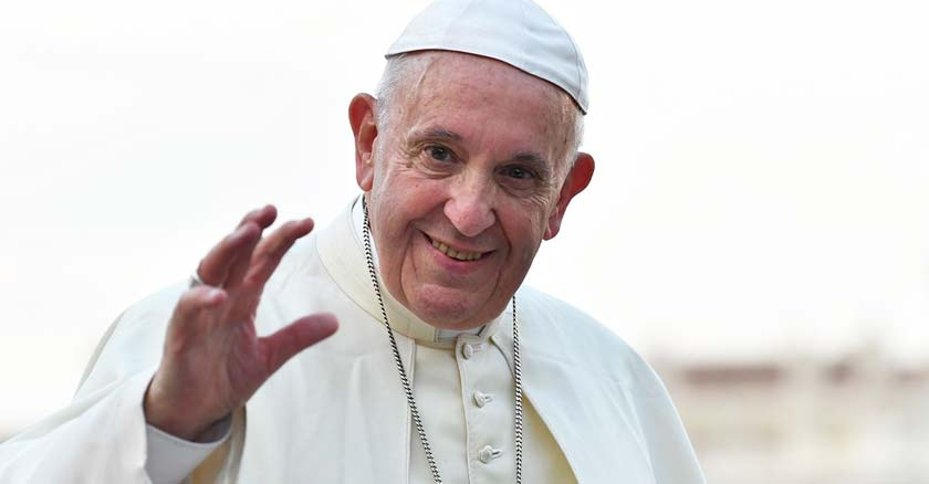 papa francisco sonriendo y saludando