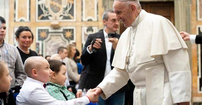 papa francisco tomando la mano de un nino enfermo de cancer vaticano