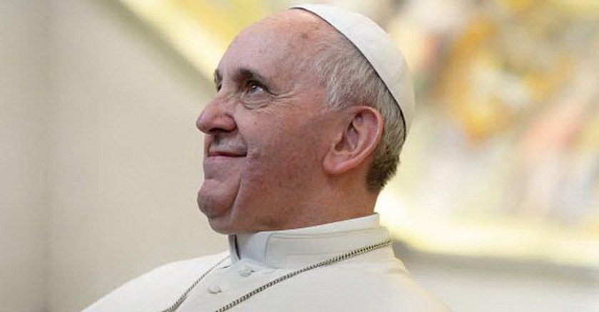 papa francisco via crucis mirando hacia arriba fondo amarillo