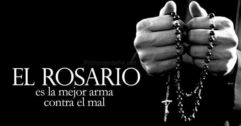rosario mejor arma contra el mal en mano fondo negro