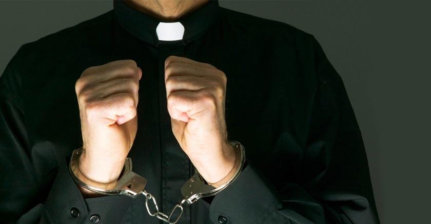 sacerdote esposa con su habito puesto violar secreto de confesion