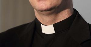 cleriman de sacerdote busto traje negro