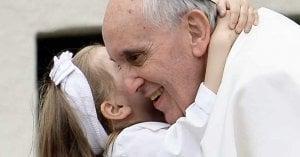 papa francisco abrazado por una nina iglesia vaticano un hijo es un milagro