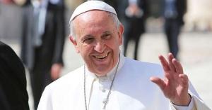 papa francisco alza su mano para saludar sonriendo plaza de san pedro