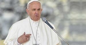 papa francisco con rostro muy serio enojado fruncido hablando