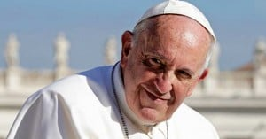 papa francisco fondo azu iglesia san pedro vaticano sonrie