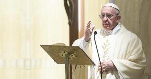 papa francisco hablando desde el podio homilia en santa marta