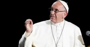 papa francisco homilia en podio microfono fondo negro