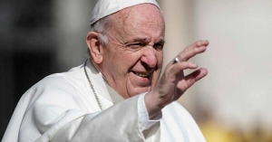 papa francisco levanta su brazo para saludar a los fieles demonio es como serpiente