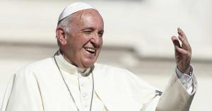 papa francisco levantando su brazo sonriendo