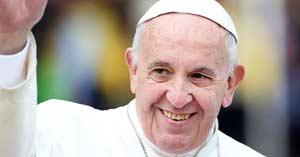 papa francisco levantando su brazo y sonriendo feliz