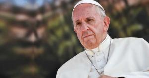 papa francisco mirada seria fondo verde jardin arboles
