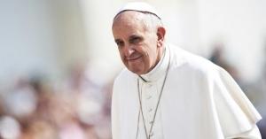 papa francisco mirando a lo lejos serio fondo plaza de san pedro