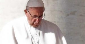 papa francisco mirando hacia abajo con los ojos cerrados oracion orando
