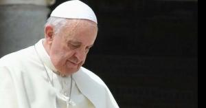 papa francisco mirando hacia abajo semblante triste fondo negro