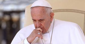 papa francisco mirando pensando haci abajo