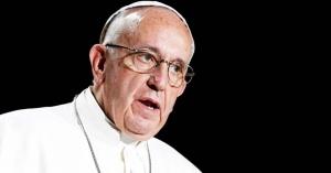 papa francisco rostro preocupado y serio en fondo negro