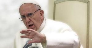 papa francisco sentado en la silla papal silla de pedro vaticano rostro molesto