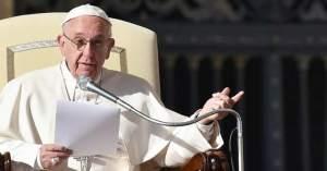 papa francisco sentado en silla papal leyendo