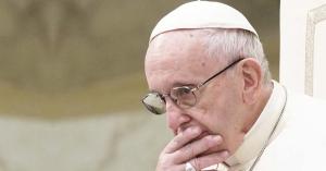 papa francisco sentado en silla papal rostro preocupado mano en los labios pensando