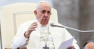 papa francisco sentado silla papal denuncia creciente violencia contra pueblo judio