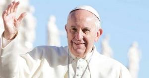 papa francisco sonrie plaza de san pedro fondo azul cielo