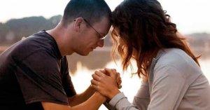 pareja de esposos tomados de la mano rezando juntos oracion en pareja