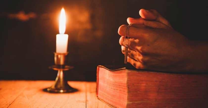 como-hacer-tiempo-para-la-oracion-manos-rezando-sobre-biblia-con-vela.jpg