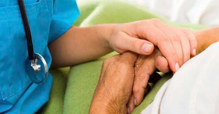 doctor-tomando-mano-de-paciente-oracion-a-san-judas-tadeo-sanacion-enfermedad.jpg