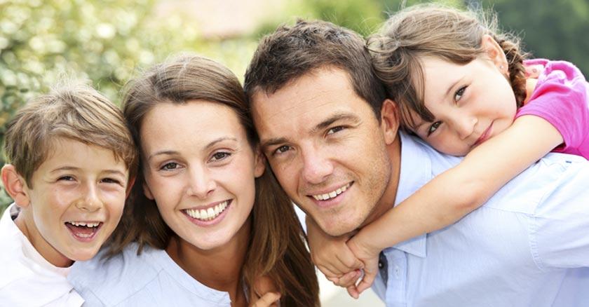 familia reunida esposo esposa hijo hija felices juntos dia