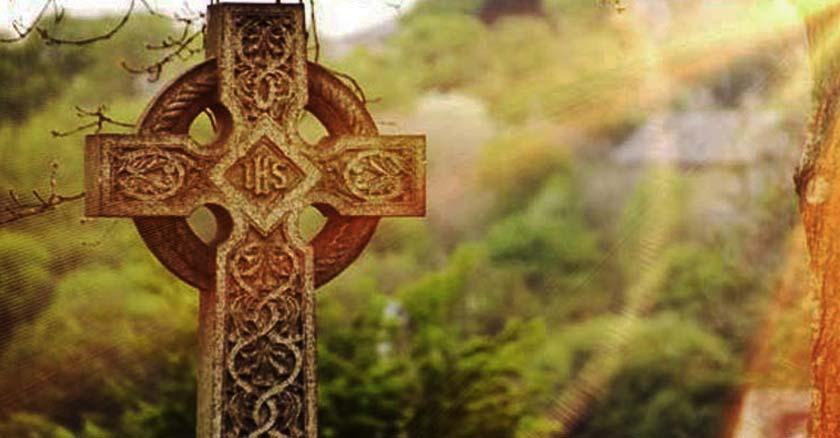 fieles difuntos lapida con inscripcion de jesus ihs