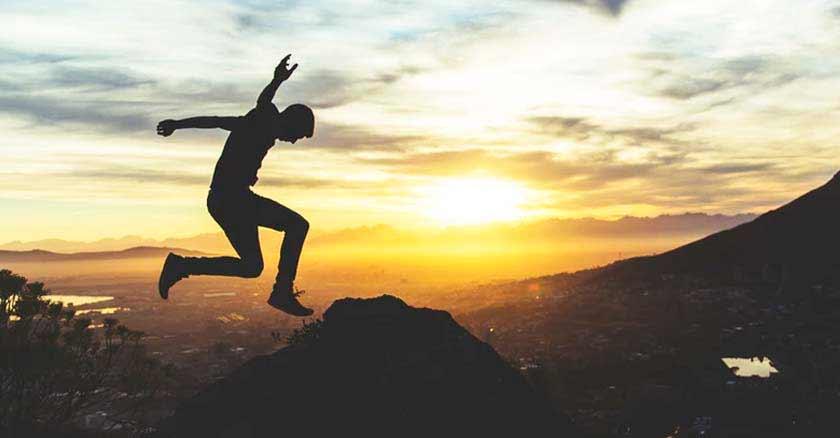 hombre saltando oracion para transformar los problemas en victoria