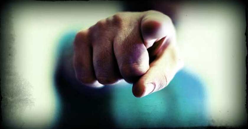 hombre senalando con su dedo directo a la camara juzgar juzgando