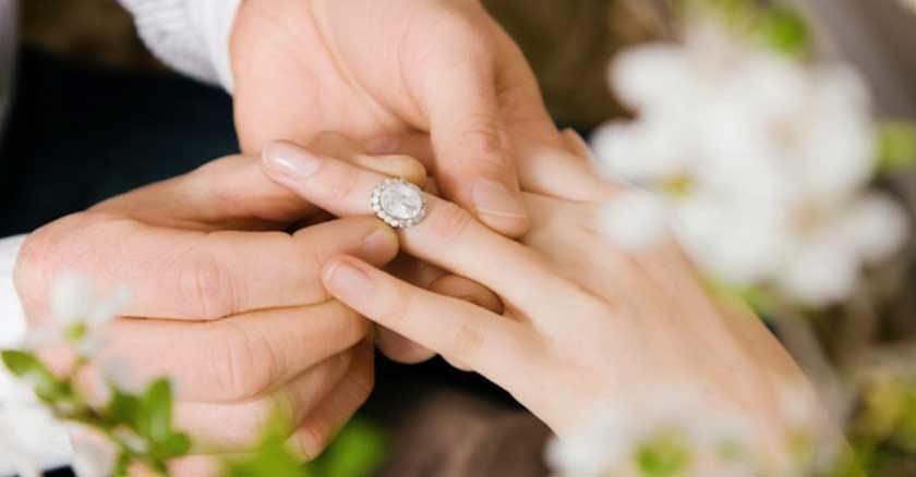 hombre-tomando-las-manos-de-una-mujer-colocando-anillo-de-compromiso-amor.jpg