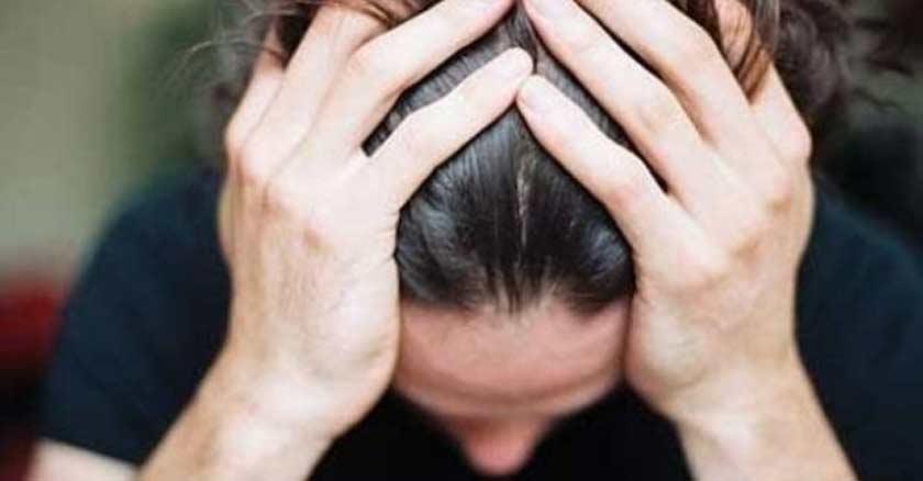 mujer con sus manos en la cabeza como rezar preocupada angustia no hay tiempo