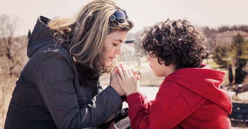 mujer madre e hijo orando a dios por proteccion bendicion oracion mama