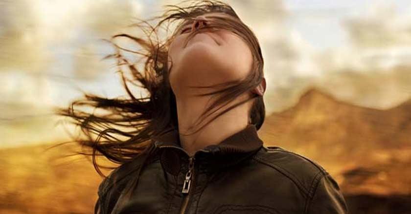 mujer mirando hacia el cielo fondo montanas don espiritu santo oracion
