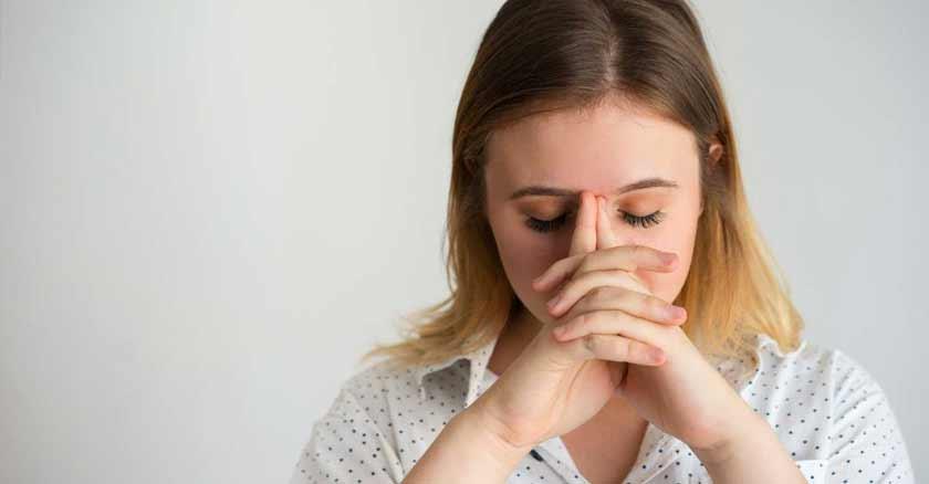 mujer orando formas de mejorar nuestra relacion con Dios
