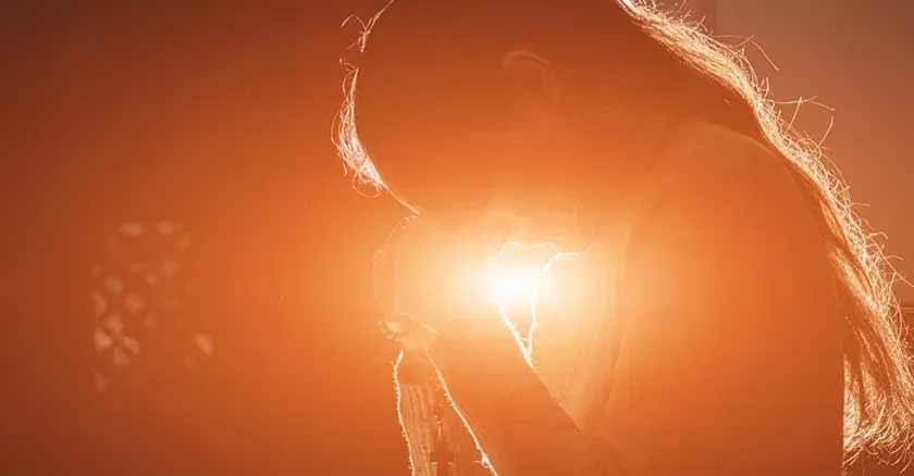 mujer orando oracion al espiritu santo para pedir sus  dones
