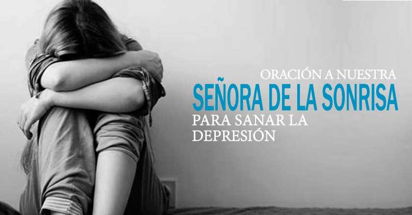 mujer sentada triste recostada de pared blaco y negro senora de la sonrisa depresion