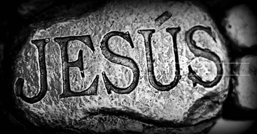 nombre de jesus escrito gabado en una roca blanco y negro