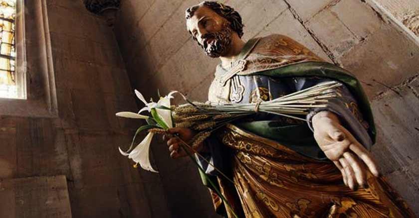 novena-a-san-jose-poderosa-fuerza-de-intercesion-sostiene-flores-en-mano.jpg