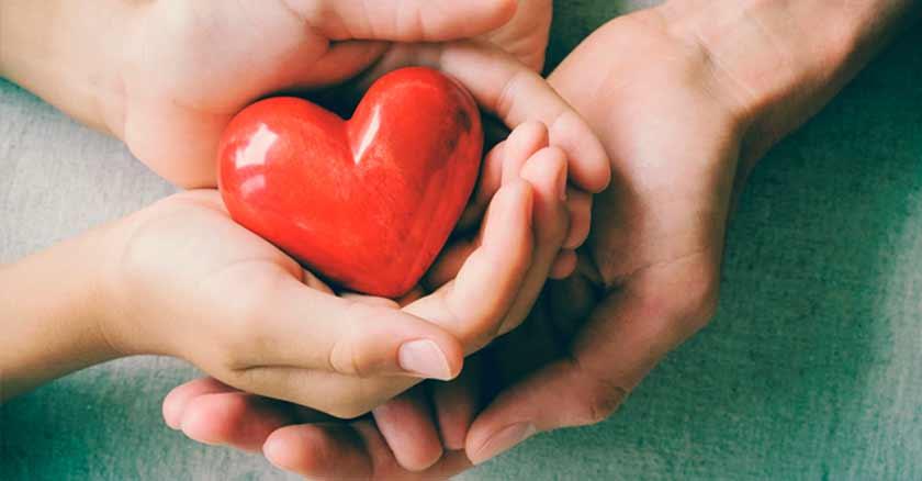 oracion-a-dios-para-pedir-un-corazon-misericordioso-corazon-en-las-manos.jpg