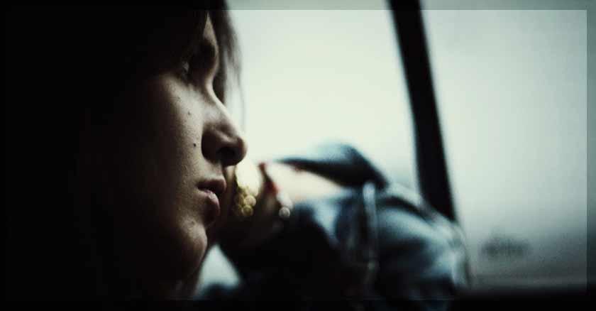 oracion de sanacion de las heridas emocionales mujer mirando ventana triste