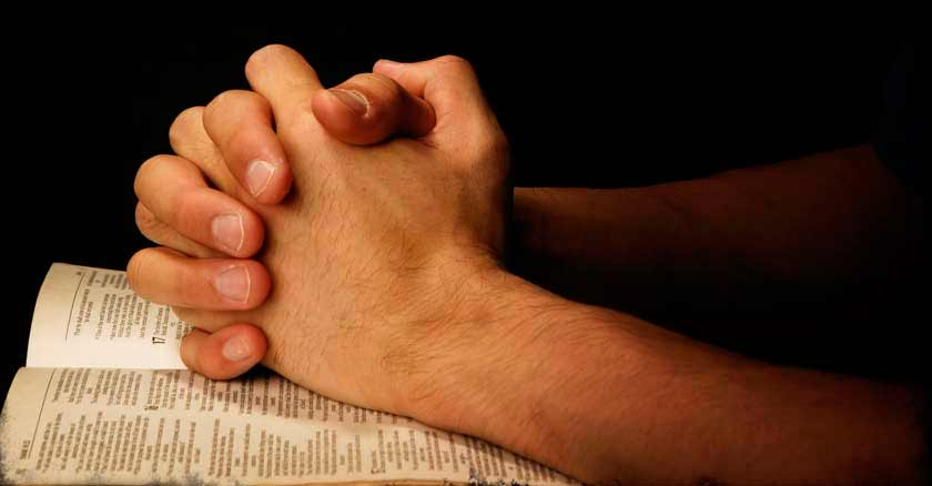 oracion-de-sanacion-para-cuaresma-manos-de-hombre-rezando-juntas-sobre-biblia.jpg