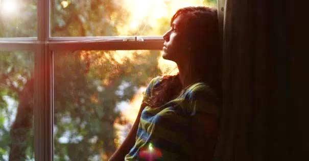 oracion sanacion heridas emocionales mujer viendo ventana