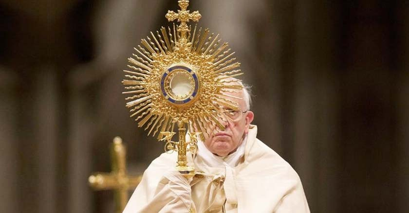 papa-francisco-sostiene-a-jesus-sacramentado-eucaristico-santa-misa.jpg