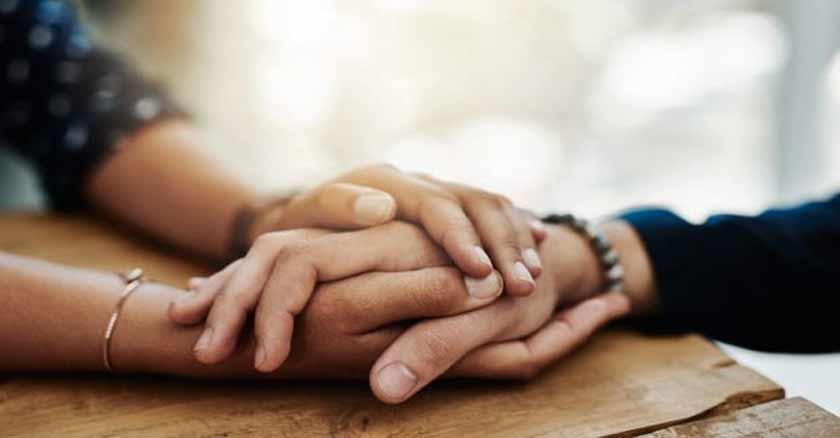 personas tomadas de la mano consuelo oracion a san judas tadeo enfermos cancer