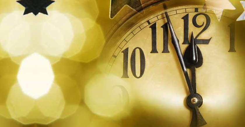 reloj marcando cinco para las doce  pa las  fondo amarillo